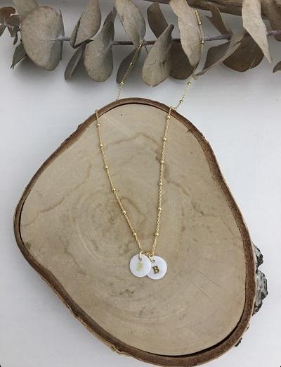 collier 2 initiales petite medaille nacre - bonheur enfantin